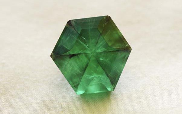 Verdele smaragdului se potriveste excelent in inelul de logodna